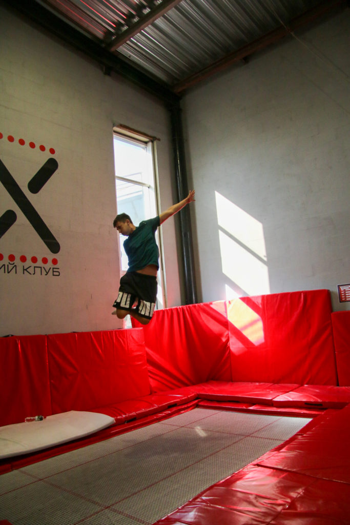 Тренировки на батутах для детей и взрослых.